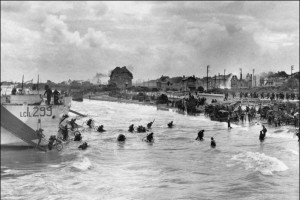 debarquement-de-soldats-canadiens-a-bernieres-sur-mer-le-6-juin-1944